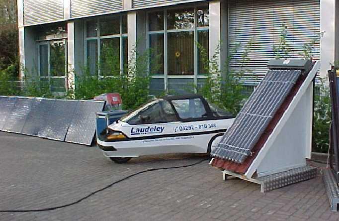 Das weltweit Erste Balkonkraftwek lädt ein Elektroauto.